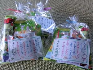 子供たちに手書きメッセージ入りのお菓子を配っています。