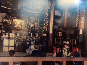 平成9年11月9日に勤めた夕霧祭。導師のお付きが若かりし頃の住職です。この法要は初代と2代の夕霧太夫の供養の様子ですが、上方に2つの青い光が見えますか?供養が届いているように見えます。