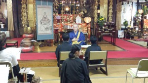 仏教者の心得を説く住職