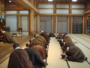 修行は礼拝を三千回します。五体(両膝・両肘・頭)を 地に着け、立ち座りを繰り返します。