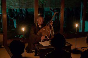 説教の最後は、ロウソクだけの暗闇の中、「耳なし芳一」を語りました。