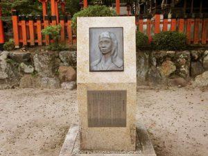 境内にある桂昌院碑 桂昌院さまは、地元の八百屋の娘でしたが、今宮の牛頭天王に願掛けして将軍の母になられたと伝わります。